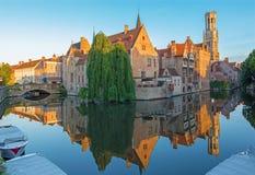 Brugge - sikt från Rozenhoedkaaien i Brugge med det Perez de Malvenda huset och den Belfort skåpbilen Brugge i bakgrunden Royaltyfri Foto