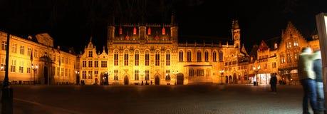Brugge stadshus på natten Arkivbild