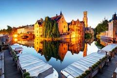 Brugge - Traditionele stadskanalen in historische middeleeuws belgi? royalty-vrije stock fotografie
