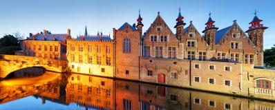 Brugge - Traditionele stadskanalen in historische middeleeuws bels royalty-vrije stock fotografie