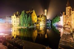 Brugge vid natten reflekterad i vattnet Arkivbilder