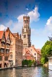 Brugge, Vlaanderen, België - Waterkanaal met Vlaamse huizen stock foto's