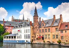Brugge, Vlaanderen, België - Waterkanaal met Vlaamse huizen stock afbeelding