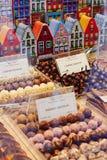 Brugge, West-Vlaanderen, België, 19 Oktober, 2018: Showcase van de winkel van de banketbakker met Belgische chocolade stock foto's