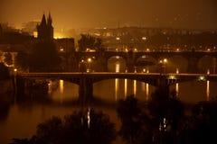 Bruggen in de nacht, Praag Royalty-vrije Stock Afbeeldingen