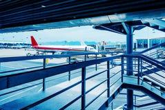Bruggen del embarque del vliegtuigen del en del aeropuerto Fotos de archivo