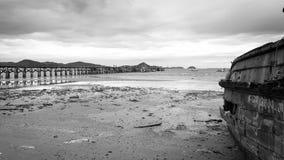 Bruggen die zich in het overzees, en oude schepen onder de brede hemel uitbreiden Royalty-vrije Stock Foto's