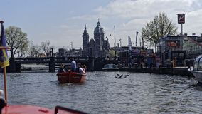 Bruggen en boten in Amsterdam stock afbeelding