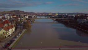 Bruggen op de rivier Drava in de stad van Maribor in Slovenië Weergeven van de hommel op de stad stock video