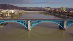 Bruggen op de rivier Drava in de stad van Maribor in Slovenië Weergeven van de hommel op de stad stock videobeelden