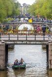 Bruggen op Prinsengracht met boten op kanaal stock foto's