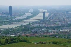 Bruggen over de Donau Mening van modern Wenen, Oostenrijk Royalty-vrije Stock Foto's