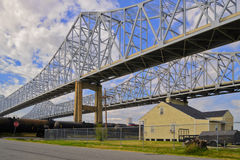 2 bruggen over de Mississippi in New Orleans Stock Afbeelding