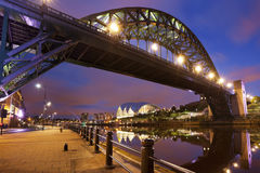 Bruggen over de rivier de Tyne in Newcastle, Engeland bij nacht Stock Foto