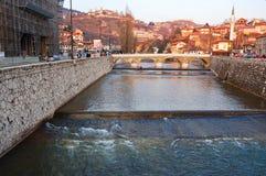 Bruggen over de rivier van Sarajevo, bosnia Royalty-vrije Stock Afbeelding