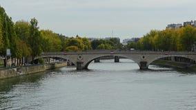 Bruggen over de Zegenrivier in Parijs, Frankrijk stock video