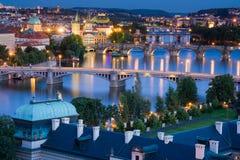 Bruggen in Praag over de rivier stock afbeelding