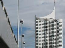 Brugmetro op de Donau en wolkenkrabbers naast het oostenrijk wenen Stock Afbeelding