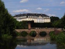 Bruhl slott Augustusburg som reflekterar i floden med bron Royaltyfri Fotografi