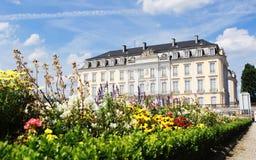 Bruhlpaleis Augustusburg met Bloemen in Voorgrond Stock Afbeeldingen