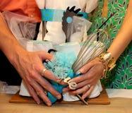 Bruid-aan-ben en bruidegom-aan-ben handen houdend gift Stock Fotografie