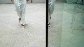 Bruid bij balkon stock footage