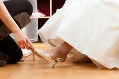 Bruid bij de klerenwinkel voor huwelijkskleding Stock Foto