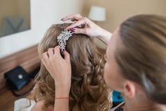 Bruid bij het kappen royalty-vrije stock afbeeldingen