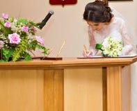 Bruid bij huwelijksceremonie Royalty-vrije Stock Afbeeldingen