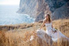 Bruid bij mooi landschap Royalty-vrije Stock Afbeeldingen