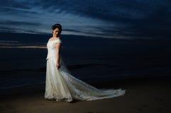 Bruid bij nacht door kust Royalty-vrije Stock Afbeeldingen