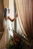 Bruid bij venster stock foto