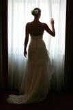 Bruid bij Venster stock afbeelding
