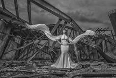 Bruid binnen een gesloopt gebouw royalty-vrije stock afbeeldingen