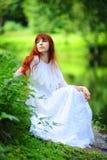 Bruid in bos Royalty-vrije Stock Afbeeldingen