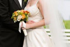 Bruid, bruidegom en boeket royalty-vrije stock foto