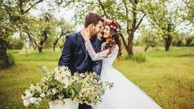 Bruid & bruidegom het stellen dichtbij fiets Royalty-vrije Stock Foto's