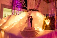 Bruid & Bruidegom Wedding Cake Decoration met Kaarslicht Royalty-vrije Stock Afbeelding