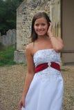 Bruid buiten kerk Stock Afbeelding