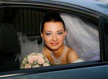 Bruid in de auto Royalty-vrije Stock Afbeeldingen