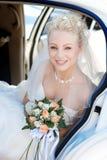 Bruid in de auto Stock Foto