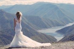 Bruid in de bergen Het concept levensstijl en huwelijk Stock Foto