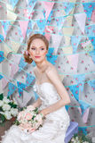 Bruid De jonge mannequin met maakt omhoog, krullend haar, bloemen in haar Bruidmanier Juwelen en Schoonheid Vrouw in witte kledin Stock Fotografie