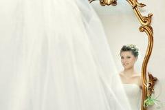 Bruid in de spiegel Stock Fotografie