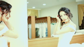 Bruid in de spiegel stock video