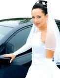 Bruid dichtbij de auto Royalty-vrije Stock Afbeelding