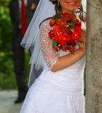 Bruid dichtbij de kolom. Stock Fotografie