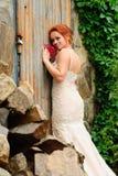 Bruid dichtbij de oude gesloten deur stock afbeeldingen