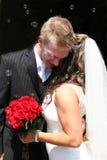 Bruid die aan Bruidegom fluistert Stock Fotografie