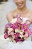 Bruid die bloemen werpt royalty-vrije stock foto